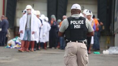 En un minuto: 146 detenidos en una nueva redada de ICE en una procesadora de carne en Ohio