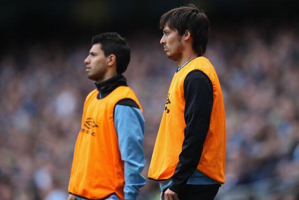 Mientras tanto Aguero y Silva esperaban y disfrutaban del juego desde af...
