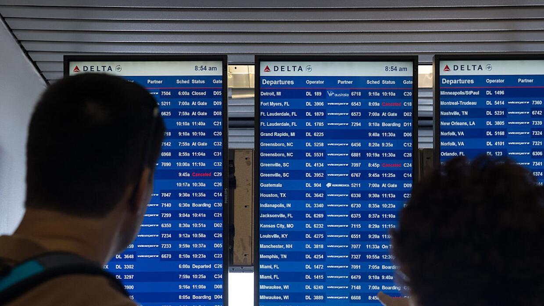 Pasajeros revisando el itinerario de vuelos