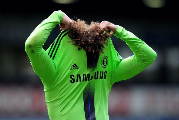 El central brasileño del Chelsea, David Luis, se quiso esconder luego de...