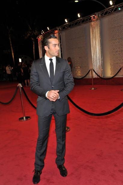 El ex esposo de Kate del Castillo lució impecable en la alfombra roja.
