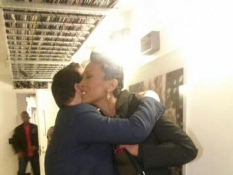 Raúl se despidió de Robin Roberts con un gran abrazo. &iex...