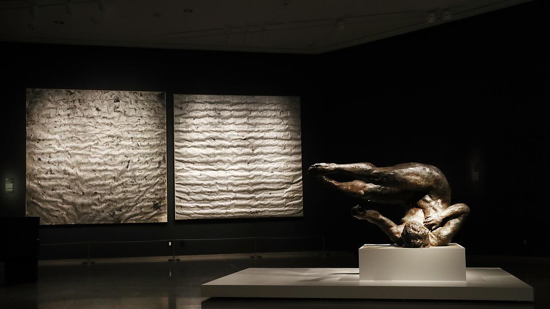 "La controversial escultura ""Tumbling Woman"" del artista Eric F..."