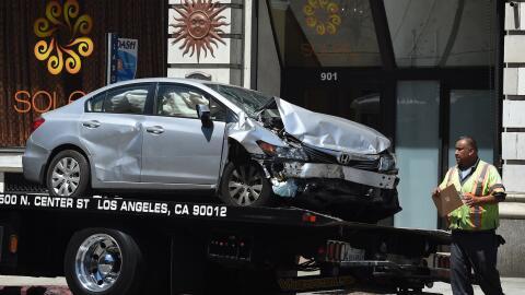 Un vehículo es remolcado por una empresa de grúas en Los &...