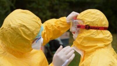 La OMS advirtió el lunes que el brote del virus de ébolapuede afectar a...