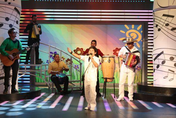 """Cantando """"Qué bonita que es la vida"""", Adrián puso a bailar a todos los a..."""