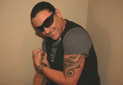 Además de mostrar el tatuaje enseñó sus brazos musculosos.