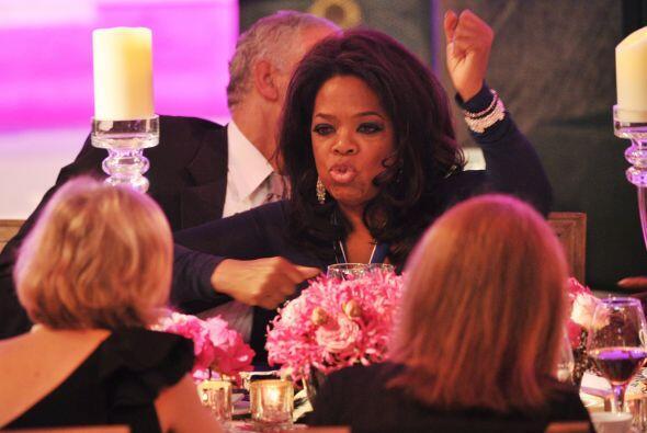 Oprah pasándola bien en una cena.  Mira aquí los videos m&...