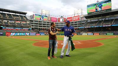 En fotos: Gerardo Torrado lanzó la primera bola en el juego de los Rangers de Texas