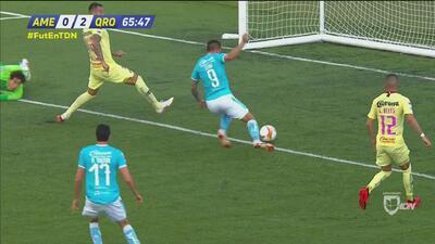 ¿Qué pasó en la defensa? Ni Jiménez ni Aguilera pudieron detener el centro que Stum firmó con gol