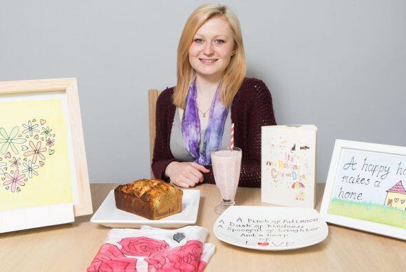 Esta joven está decidida a ayudar con su libro y con estas artesanías.