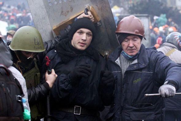 Un manifestante es arrestado por policías en el centro de Kiev, z...