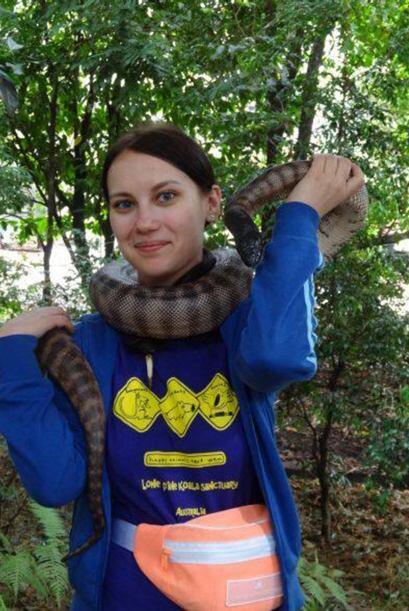 Podemos verla con una enorme serpiente que la toma del cuello sin hacerl...