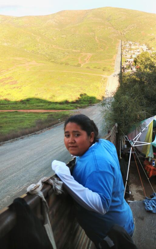 Karina Guerrero se asoma desde su casa al lado estadounidense.