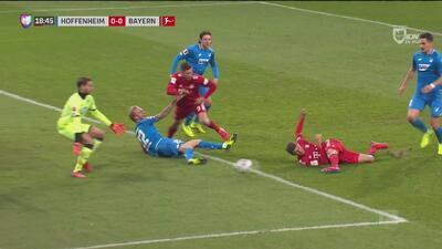 ¡Thomas Müller casi anota gol con un remate imposible desde el césped!
