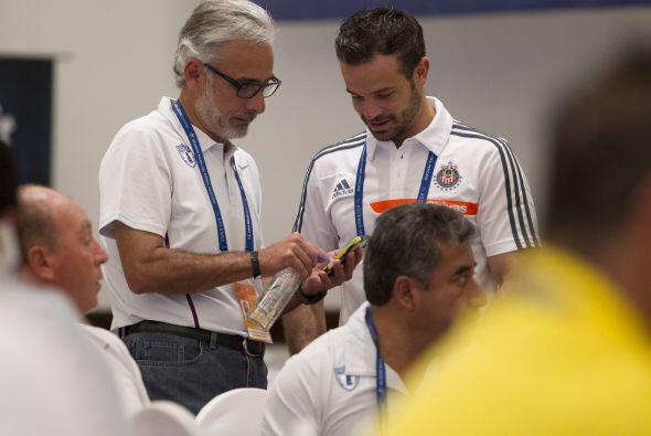 Jesús Martínez de Pachuca y Rafa Puente de Chivas conversando, al final...
