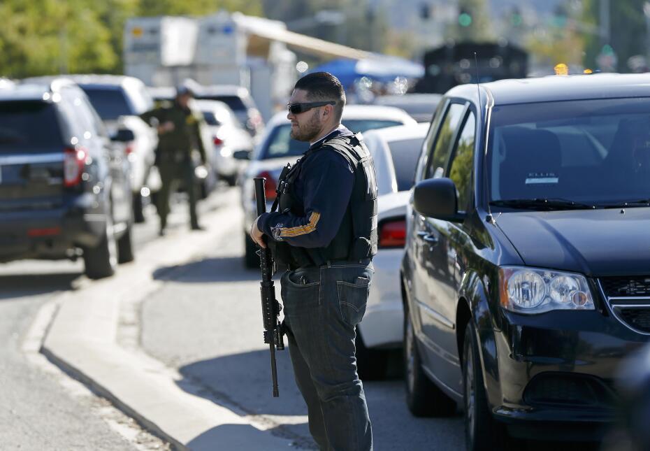 Policías reguardan el área después de que al menos una persona abrió fuego