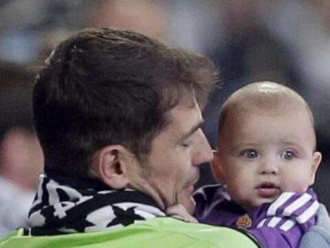 El portero del Real Madrid cargó a su hijo de cinco meses, durant...