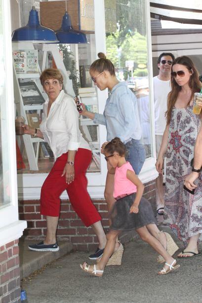Encontramos a Jennifer Lopez con su familia.Más videos de Chismes...