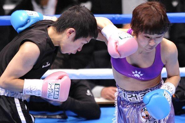 También hubo boxeo femenino en la cartelera con el triunfo de Mom...