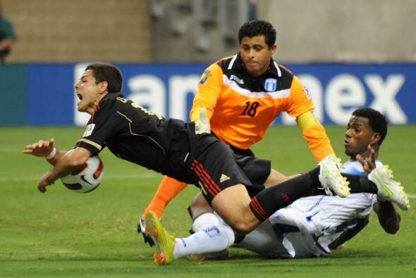 Dura marcación que recibió el 'Chicharito' durante todo el partido por p...