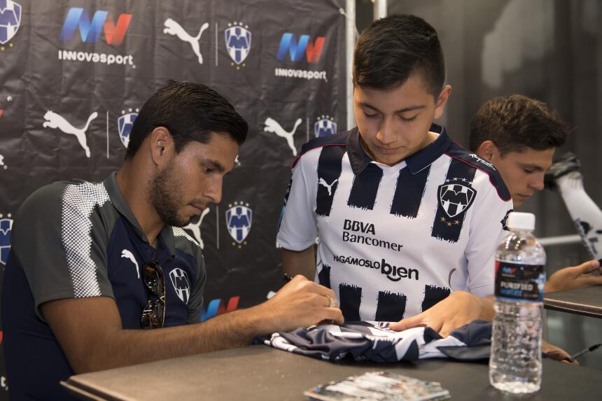 Carrizo, el más aclamado por la afición Rayada en la firma de autógrafos...