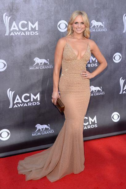 ¡Miranda Lambert presumió sus curvas en un vestido largo de pedrería col...