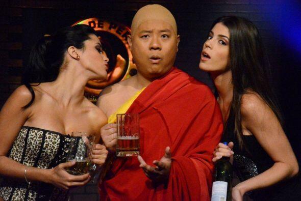 El monje disfruta mucho de la buena compañía.