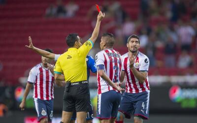 Jair Pereira mientras le enseñan la tarjeta roja en el duelo ante...