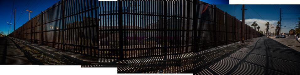 Alta valla que separa a las ciudades de Mexicali, en México, y Ca...