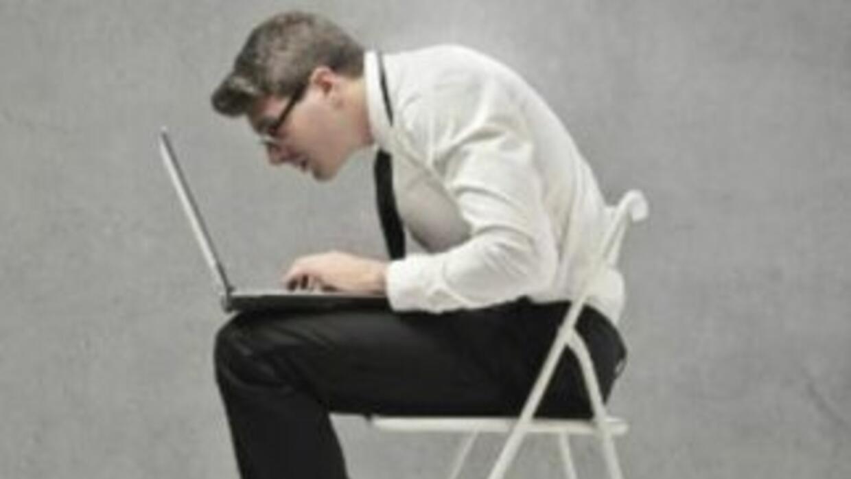 La postura que adoptas al trabajar puede ser la responsable de dolores y...