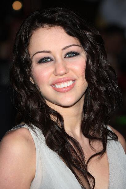 Miley se ha teñido el cabello oscuro.  Mira aquí lo último en chismes.