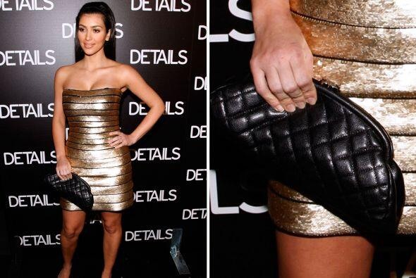¿No nos creen? Miren aquí a Kim, ¿qué lleva? Una 'clucth' negra, pero en...