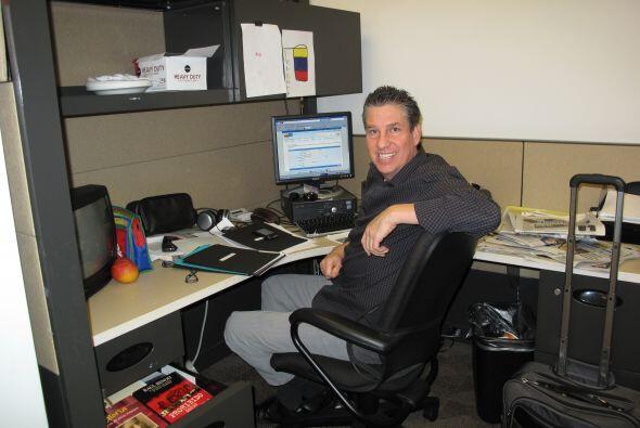 El periodista Raúl Benoit sonríe para la foto, mientras trabajaba en un...