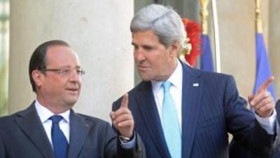 El presidente de Francia, Francois Hollande, junto al Secretario de Esta...
