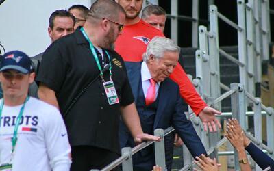 Robert Kraft se mostró cómodo en el Estadio Azteca durante...