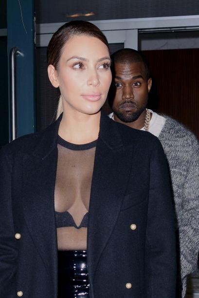 Aquí de nuevo con una blusa transparente. Mira aquí los vi...