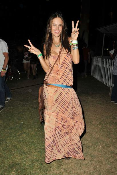 La moda 'hippie' se adueñó de las curvas de esta supermodelo, quien luci...