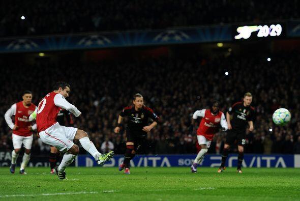 Antes de concluir el primer tiempo el árbitro marcó penal a favor de los...