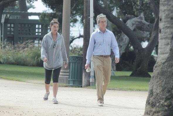 Acompañó a Maria Shriver en su caminata matutina.