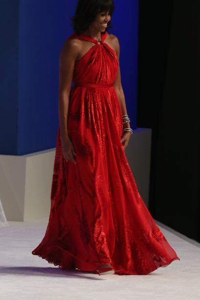 Se trató de un vestido rojo de chifón, con superposiciones de terciopelo...