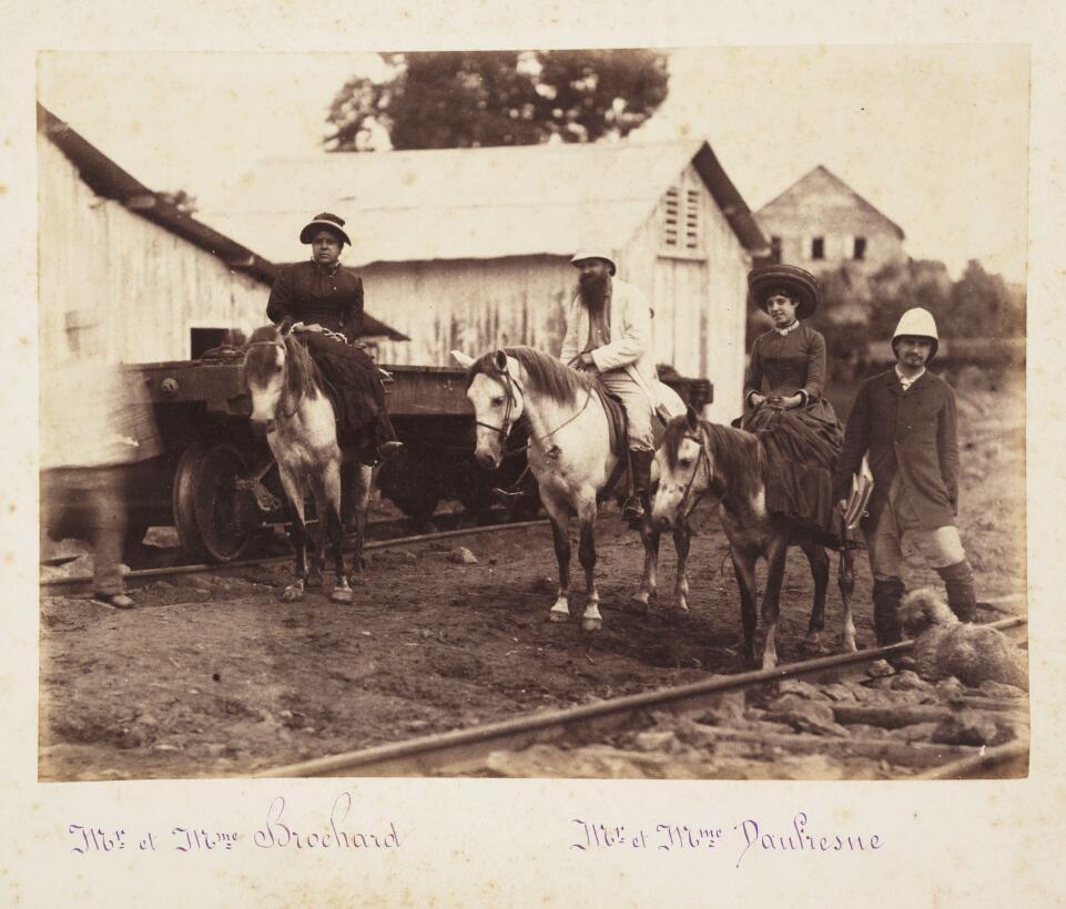 En esta fotografía de 1885,  dos ingenieros franceses empleados en la co...