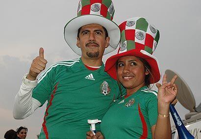 Esta guapa morenita, y su novio trajeron la fiesta al Azteca ya que se v...