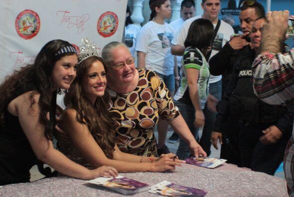 Los autógrafos no se hicieron esperar, Aleyda siempre muy amable con sus...
