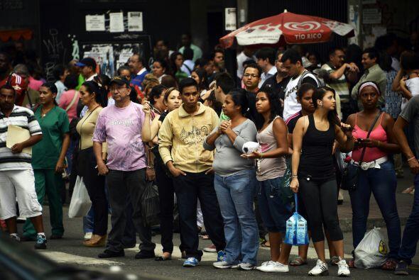 Miles de personas tuvieron que salir de sus oficinas y regresar a casa c...