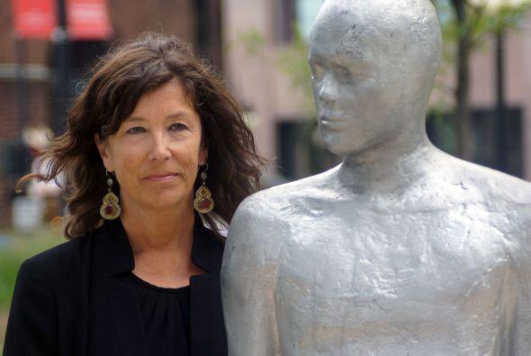 La escultora Steinunn Thórarinsdóttir junto con una de sus...