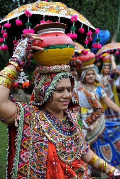 Una bailarina folclórica  durante un ensayo general para las pr&o...