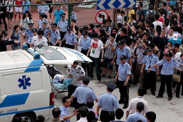 Ambulancias llegaron al lugar para llevar a los heridos a un hospital ce...