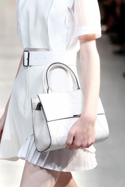 La mayoría de estos 'looks' estuvieron acompañados por bolsos de mano, d...