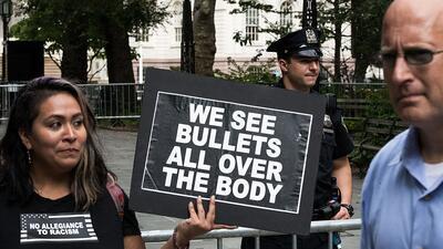 Lorena Ambrosio, de Brooklyn, Nueva York, participa en una protesta cont...